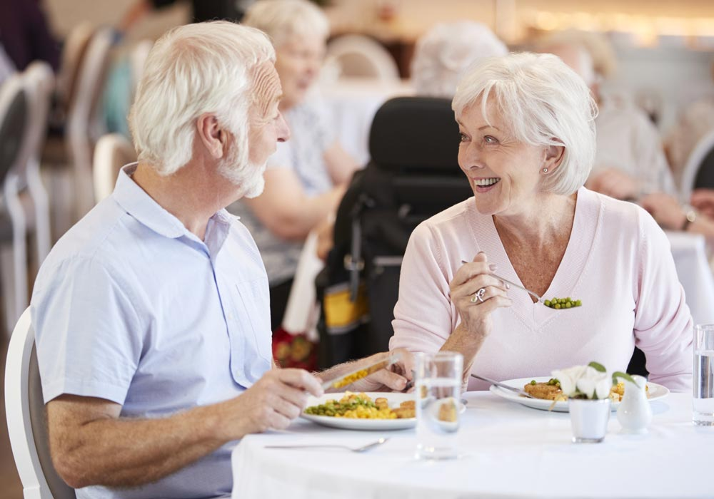 Assisted Living and Memory Care Amenities & Services Couple Eating - The Pinnacle of Oxford